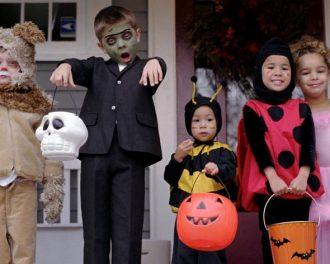 Дети в Хэллоуинских костюмах