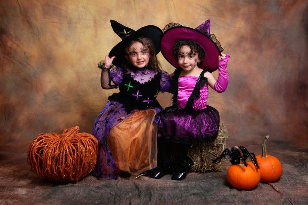 Девочки в костюмах ведьм