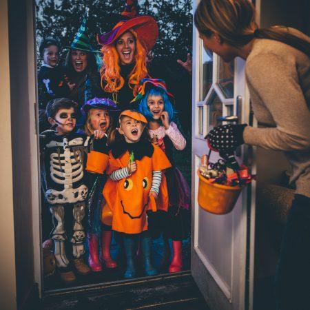 Дети с родителями на Хэллоуин