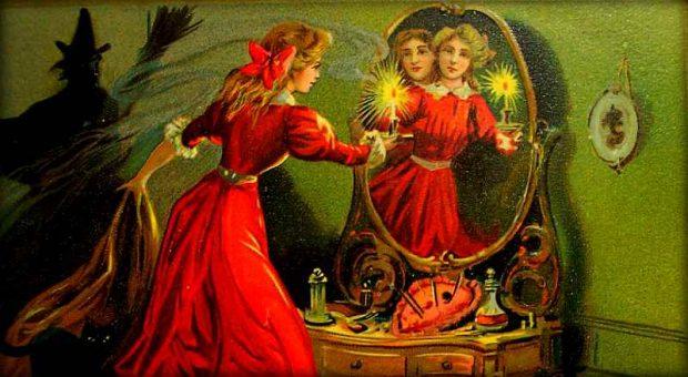 Девушка смотрит в зеркало со свечой