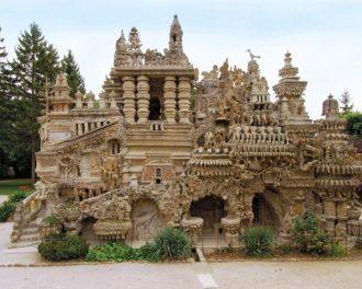 Французский почтальон построил замок из камней