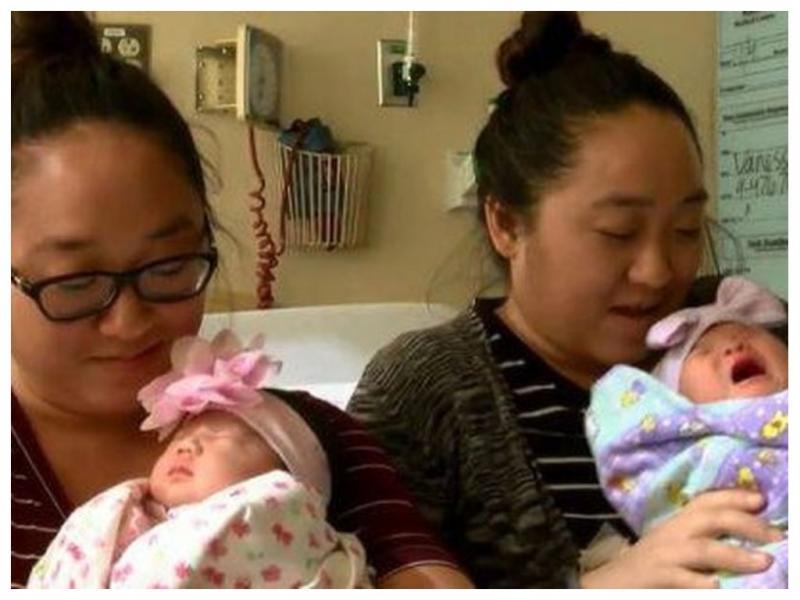 близняшки родили