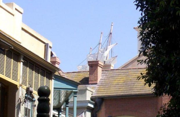 Корабль на крыше