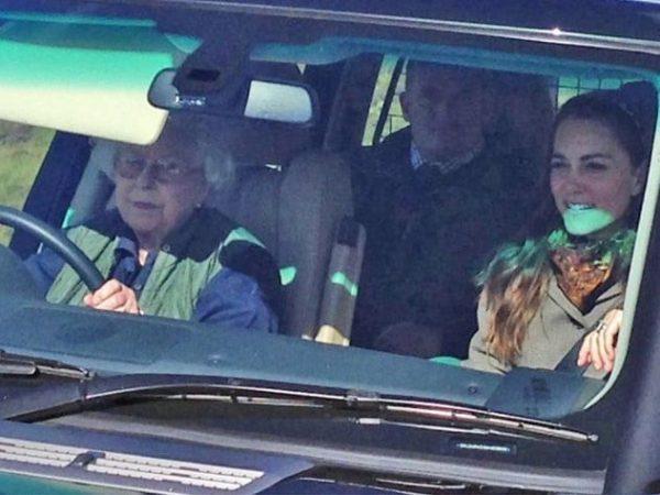 Кейт Мидлтон в машине с Елизаветой II