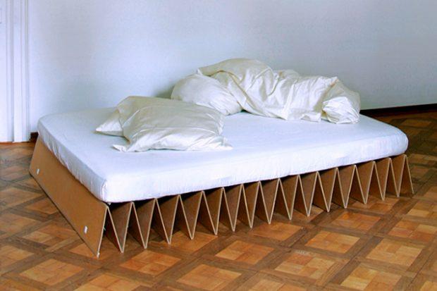 Кровать на картонных листах