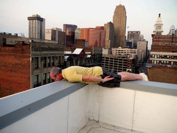 Человек лежит на бортике крыши