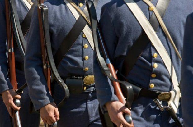 Мужчины в военной форме