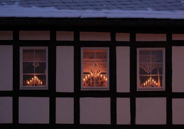 Рождественские свечи в немецких окнах