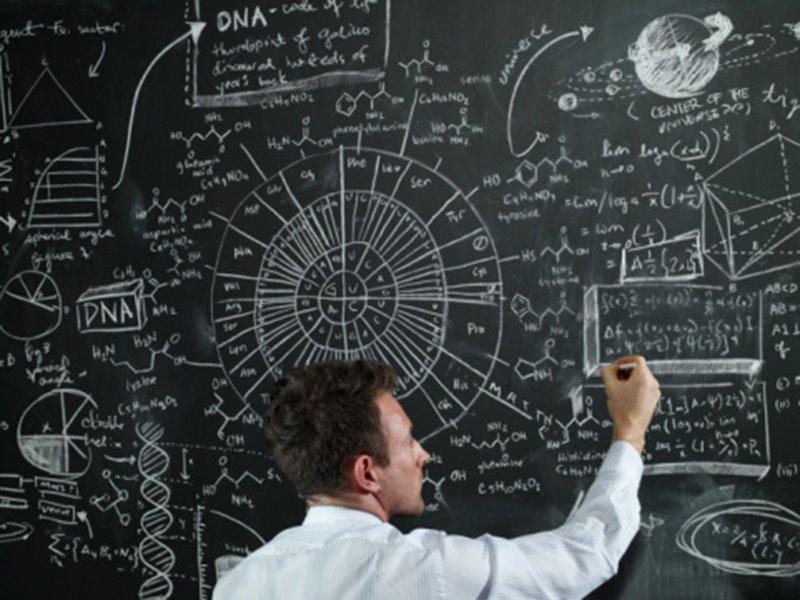 Учёный пишет на доске