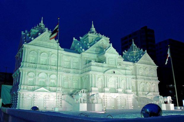 Здание Брюссельской биржи из снега