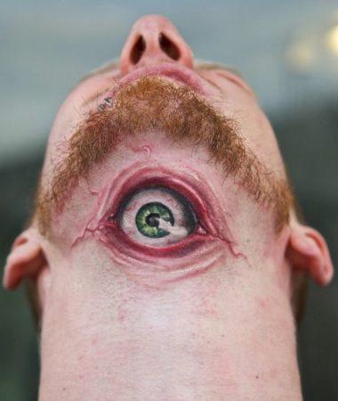 Тату в виде 3D-глаза на шее