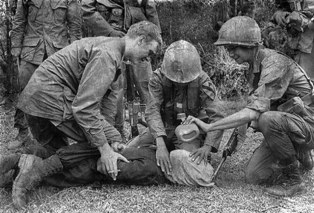 Солдаты пытают пленного