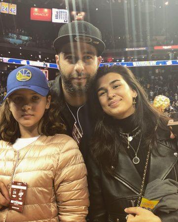 ургант с дочерьми