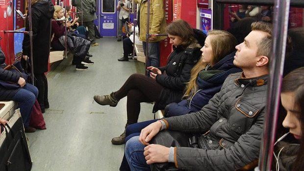 нога на ногу в метро