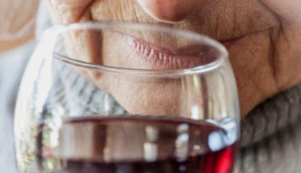 Пожилой человек и бокал вина