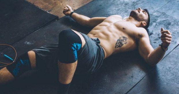 Спортивный мужчина лежит на полу