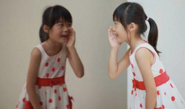 Девочка говорит со своим отражением