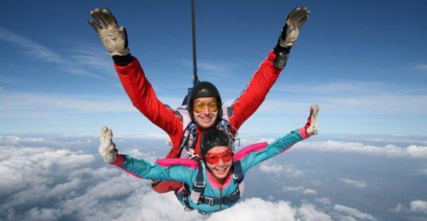 Парень и девушка в прыжке в парашютом