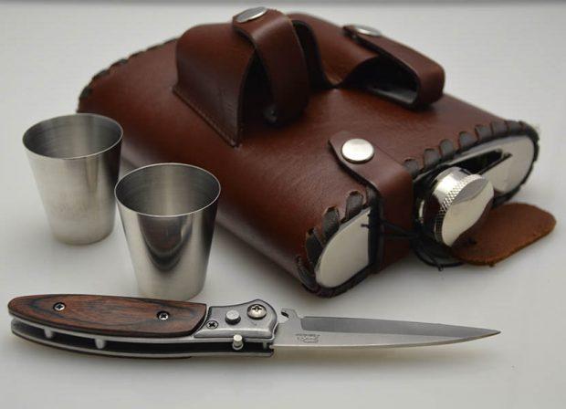 Нож, фляжка и стаканчики