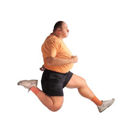 Полный мужчина в прыжке