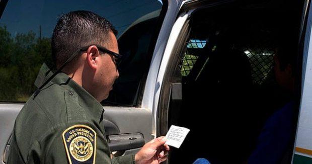 Полицейский зачитывает конституционные права