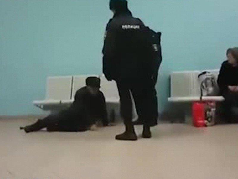 Российские полицейские сбросили пенсионера со скамейки и попали на видео