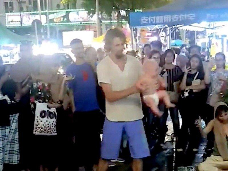 жонглировали ребенком
