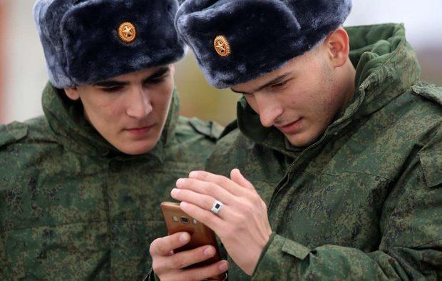 военные со смартфонами