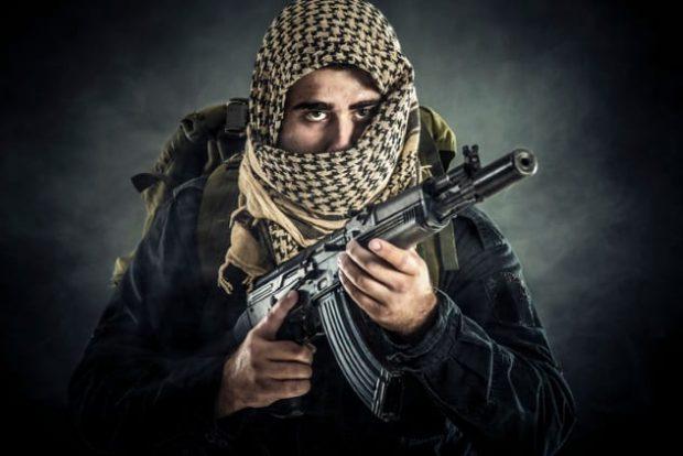 Мужчина с оружием в руках