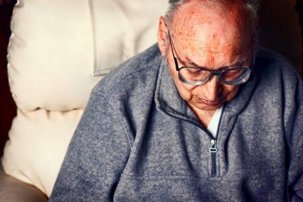 Пожилой мужчина на больничной койке