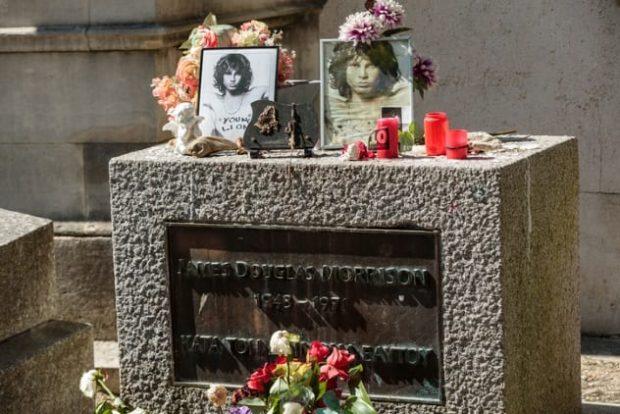 Могила Джиа Моррисона на парижском кладбище