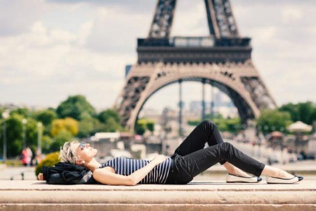 Девушка лежит на фоне Эйфелевой башни