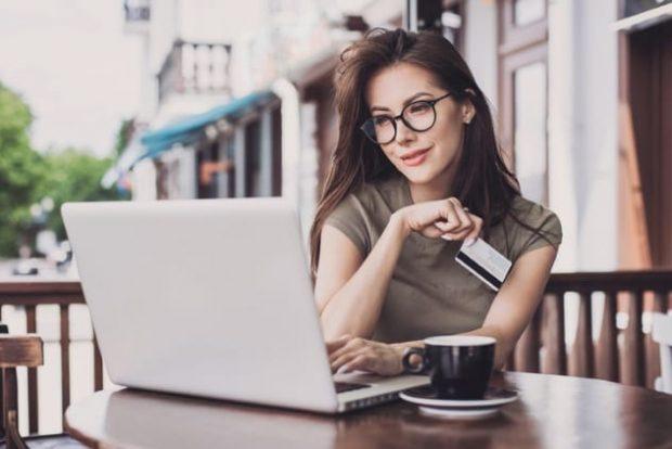 Девушка за столиком в кафе