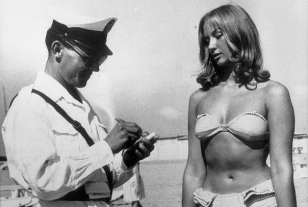 Полицейский и девушка в бикини