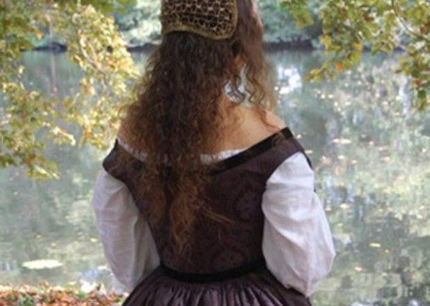 Изображение средневековой девушки, вид сзади