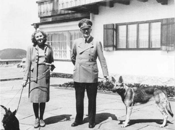 Ева Браун и Адольф Гитлер с собаками