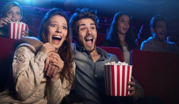 Парочка в кинозале
