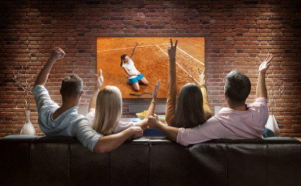 Компания смотрит телевизор