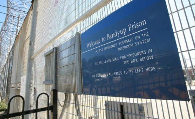 Табличка на воротах тюрьмы