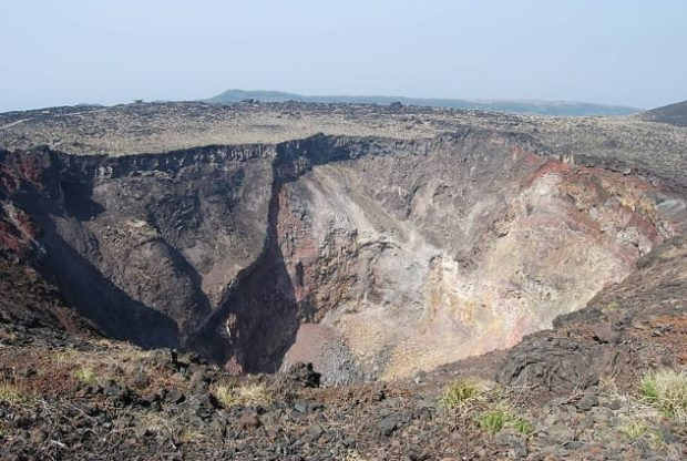 Кратер вулкана Михара
