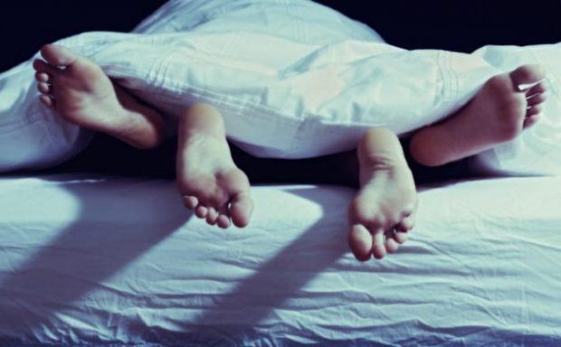 Стопы торчат из-под одеяла
