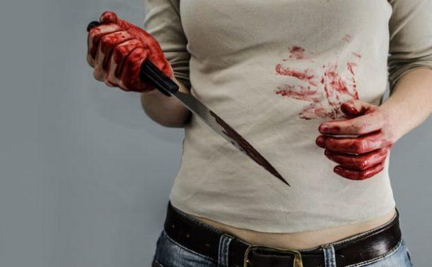 Женщина с ножом и окровавленными руками
