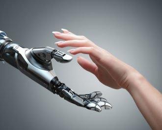 Рука человека и робота