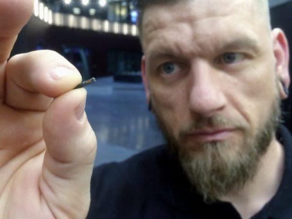 Мужчина держит микрочип