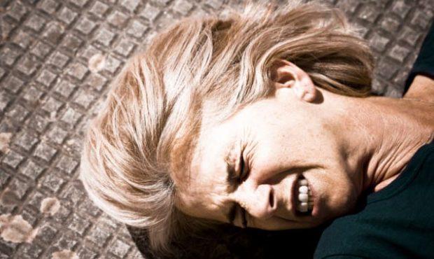 Женщина лежит на полу