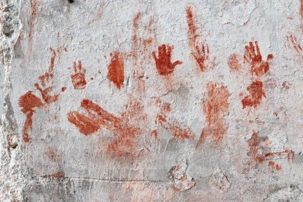 Кровавые следы на стене