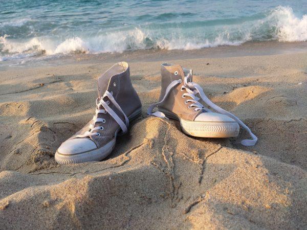 Кеды на берегу