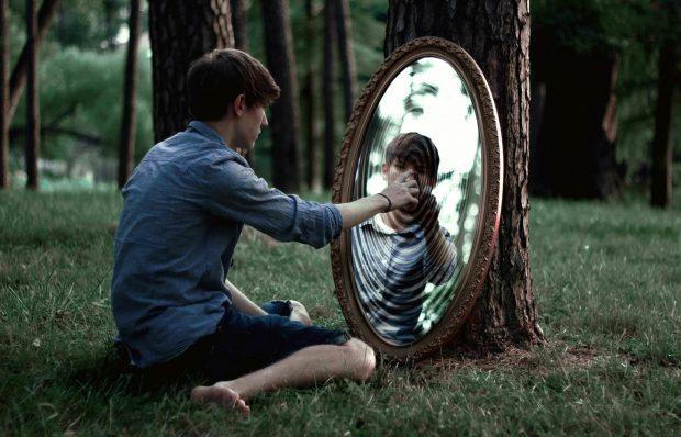 Юноша в лесу перед зеркалом