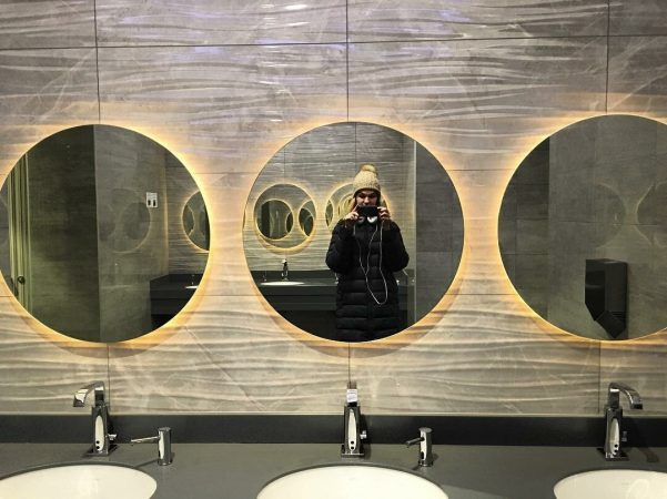 Зеркало в общественном туалете
