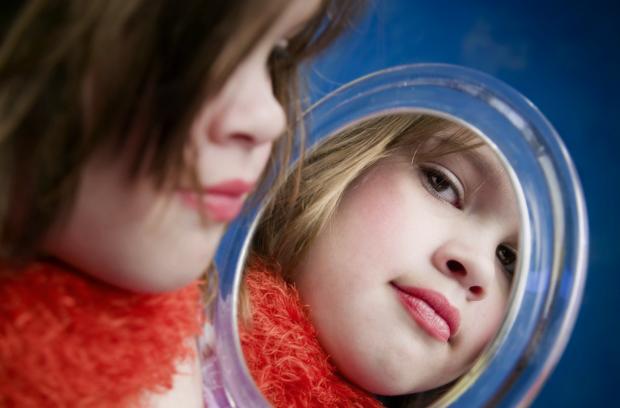 Девочка в отражении зеркала